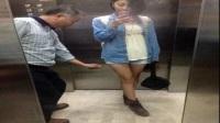 """男子电梯""""偷拍短裙""""美女裙底 16"""
