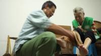 [泸州]男子悉心照顾重度残疾妻子 26年不离不弃