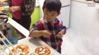 【3岁半】11-8哈哈跟妈妈一起在家做披萨,撒芝士涂披萨酱IMG_4925