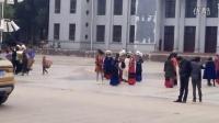 大凉山老州府昭觉老广场群聚@彝族美女穿美丽彝族服饰,去选美还是去做彝族年节目活动呢?