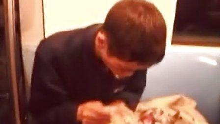 南京地铁羊癫疯病人发作,被爸爸抛弃,救助站不收留。视频