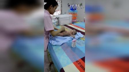 西安天佑医院婴儿洗澡视频