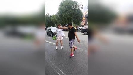 北京朝阳望京花家地一名男子酒后在大街上散德行,然后被收拾了。。。