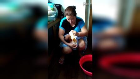 客家婴儿首次洗澡1视频